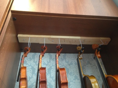 violin-rack-closeup